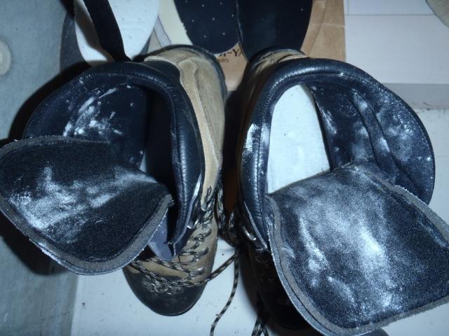 登山靴の消臭対策としてめちゃくちゃ効果のある方法をご紹介します。 タネを明かせば簡単ですが「重曹」です。 山行って帰ってきたら重曹を適量靴に擦り込んでおくだけ